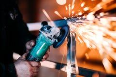 Werkend scherp metaal die hoekmolen, op zwaar werk berekend machtshulpmiddel met behulp van stock fotografie