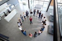 Werkend team met manager in centrum van cirkel stock foto's