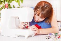 Werkend van huis, een kleermaker op het werk. Stock Afbeeldingen