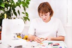 Werkend van huis, een kleermaker op het werk. Stock Foto