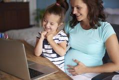 Werkend zwanger mamma stock afbeeldingen