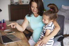Werkend zwanger mamma royalty-vrije stock foto