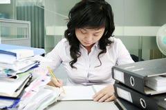 Werkende Aziatische vrouwen Stock Afbeeldingen