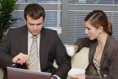 Werkende Bedrijfsmensen die in het bureau en het spreken zitten Royalty-vrije Stock Foto