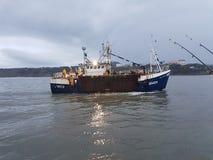 Werkende Boot die naar Scarborough-Haven terugkeren stock afbeelding