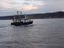 Werkende Boot die naar Scarborough-Haven terugkeren stock fotografie