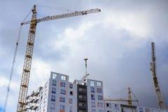 Werkende bouw kranen en de bouw Regenachtige bewolkte hemel Royalty-vrije Stock Fotografie