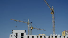 Werkende bouwkranen stock footage