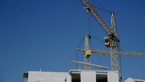 Werkende bouwkranen stock videobeelden