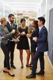 Werkende collega's die kop van koffie drinken Royalty-vrije Stock Afbeelding