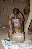 Werkende Datoga-Vrouw bij Meer Eyasi, Tanzania stock foto