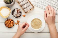 Werkende Desktop met gezonde snoepjes en noten royalty-vrije stock foto