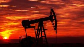 Werkende die olie en gasputcontour, op zonsondergang wordt geschetst stock afbeelding