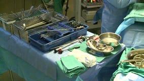 Werkende die ruimte op chirurgie wordt voorbereid stock footage