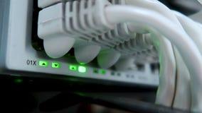 Werkende Ethernet-schakelaar in de ruimte van het gegevenscentrum, verbindende computers samen stock videobeelden