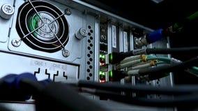 Werkende Ethernet-schakelaar in de ruimte van het gegevenscentrum, verbindende computers samen Werkende Ethernet-server Er is een stock video