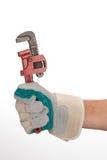 Werkende handen met pijpmoersleutel stock fotografie