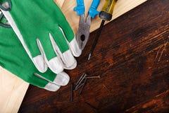 Werkende handschoenen en hulpmiddelen van de meester stock foto