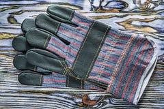 Werkende handschoenen op houten raads hoogste mening Stock Afbeelding