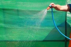 Werkende het water geven tuin van slang Royalty-vrije Stock Afbeeldingen