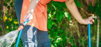 Werkende het water geven tuin van slang Royalty-vrije Stock Afbeelding
