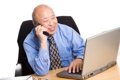 Werkende hogere Aziatische zakenman Royalty-vrije Stock Foto's