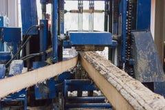 Werkende houten-scherpe machine Royalty-vrije Stock Afbeeldingen