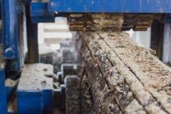 Werkende houten-scherpe machine Stock Fotografie