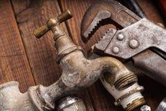 Werkende hulpmiddelen, loodgieterswerk, pijpen en tapkranen Royalty-vrije Stock Fotografie