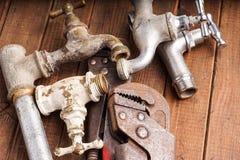 Werkende hulpmiddelen, loodgieterswerk, pijpen en tapkranen Royalty-vrije Stock Afbeeldingen