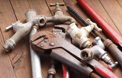 Werkende hulpmiddelen, loodgieterswerk, pijpen en tapkranen Stock Fotografie