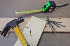 Werkende hulpmiddelen met hout stock afbeeldingen