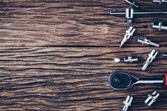 Werkende hulpmiddelen op houten achtergrond Kleureneffect stock fotografie