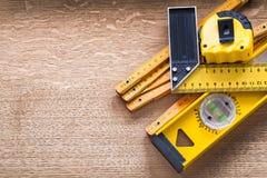 Werkende hulpmiddelen van meting op eiken houten raad Stock Foto
