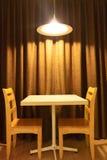 Werkende lijst en stoelen met lichte lamp Royalty-vrije Stock Fotografie