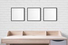 Werkende lijst met lege fotokaders in de lege studio met w Royalty-vrije Stock Afbeeldingen