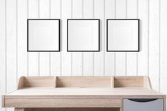 Werkende lijst met lege fotokaders in de lege studio met w Stock Afbeeldingen