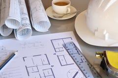 Werkende lijst van bouwingenieur met plan van projectclos royalty-vrije stock foto