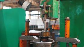 Werkende machine Metaalstaaf die zich op het materiaal en de stijgingen bewegen De camera die voor de staaf folowing stock videobeelden
