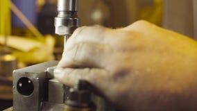 Werkende malenmachine in workshop stock video