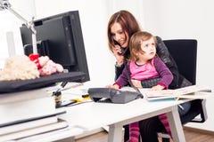 Werkende Mamma en Dochter op het Kantoor Stock Afbeeldingen