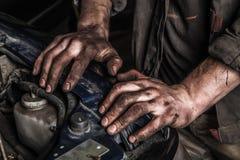 Werkende mens dichtbij motor Royalty-vrije Stock Afbeeldingen