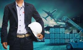 Werkende mens op logistische achtergrond Royalty-vrije Stock Afbeeldingen