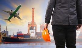 Werkende mens op plicht in de havencorgo van het containerschip logistisch gebruik F stock afbeelding