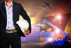 Werkende mens in verschepende haven, vrachtlading, logistisch en de invoer, royalty-vrije stock afbeelding