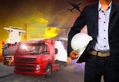 Werkende mens in verschepende haven, vrachtlading, logistisch en de invoer, stock afbeelding