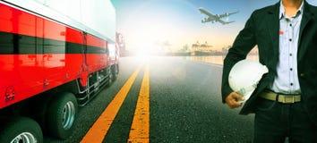Werkende mens, vrachtwagenvervoer in de invoer, de havenhaven van het de uitvoerschip Stock Afbeeldingen