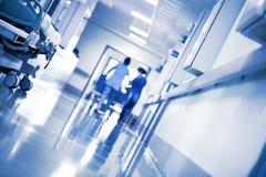 Werkende mensen in de het ziekenhuisgang royalty-vrije stock fotografie