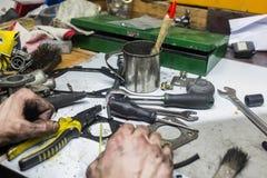 Werkende mensen met vuile handen en hulpmiddelen Royalty-vrije Stock Foto's