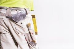 Werkende mensenbillen met hulpmiddelen in zijn zak Het binnenland van het vernieuwingshuis Royalty-vrije Stock Foto's